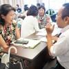 2人一組になって学んだカウンセリング法を実践する参加者