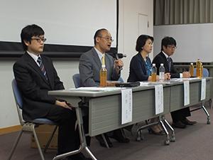 研究成果を発表する宇都宮准教授(左から 2人目)、宇都宮院長(同3人目)ら