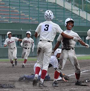 10回、サヨナラの本塁生還を果たす梅本(桐蔭)