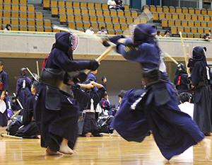 剣を交わす中学剣士