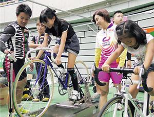 懸命に競輪の自転車をこぐブース
