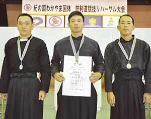 銀メダルを下げ和歌山チームの選手(成年男子)