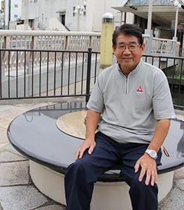 和歌山ブルース歌碑の前で川﨑代表