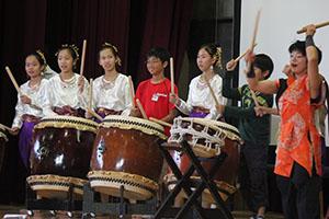 和太鼓を体験する両校の児童