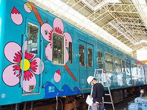 梅などの特産品が描かれたデザイン列車