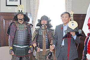 かぶとを手に取る仁坂知事㊨と森下会長㊥ら