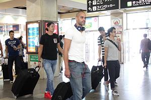熊本への移動のため改札に向かう選手ら(JR和歌山駅)