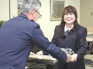 小西署長㊧から表彰される吉田さん