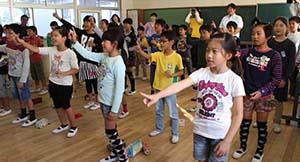 手話で「明日へと」を披露する児童たち