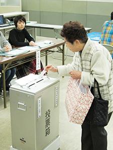 投票する有権者(午前9時半ごろ、和歌山商工会議所)