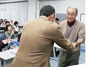 本山教授㊧から賞状を受ける受講生