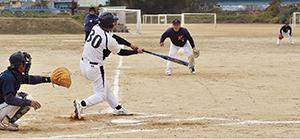 2回、3点本塁打を放つ長谷川監督