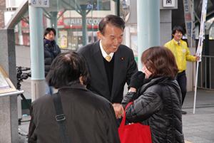 市民とふれあう岸本さん(JR和歌山駅前)