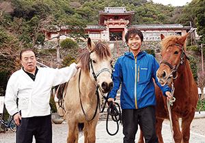 左から小板宮司、ゆっきー、山川さん、みっちー(和歌浦天満宮前で)