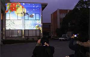 映像が映された壁面を写真に収める生徒ら