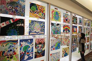平和を表現した子どもたちの作品が並ぶ
