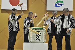 鏡開きをする仁坂知事、上中会頭、大谷会長、神出市長(左から)