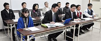 湯谷代表(前列左から3人目)らが記者会見