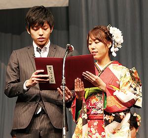 宣言する楠見さん㊧、木村さん(和歌山市)