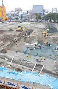 南側の城北小学校3階から見た発掘現場(中央部分に東西に出土した堀跡)