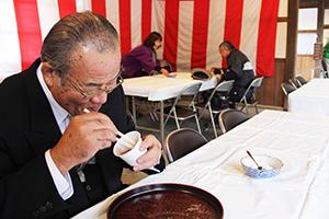 小豆粥を食べる参拝者