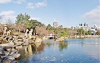 徳川園内の龍仙湖から名古屋市街を望む