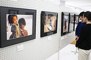 難民の子どもたちの写真が並ぶ