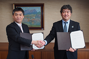 覚書を交わした吉村学部長㊧と杉本会長