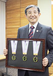 3種類のメダルを手に仁坂知事