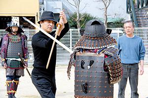 立ち回りを指導する榎木さん(左から2人目)