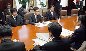 仁坂知事(手前右)に状況を説明する伊勢田部長(奥中央)