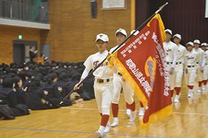 センバツ旗を手に退場する選手