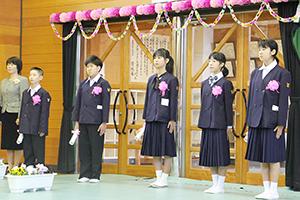 休校前最後の卒業生となった5人(塩津小)