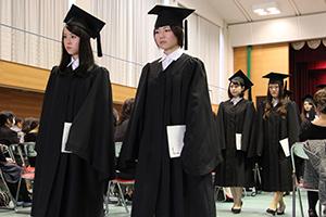 ガウンを着用した卒業生