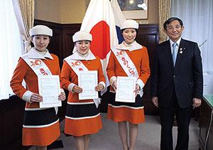 (左から)松下さん、竹内さん、遠藤さんと仁坂知事