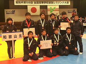 活躍した和歌山北高レスリング部(吉田君は後列左から2人目、三輪君は同5人目)