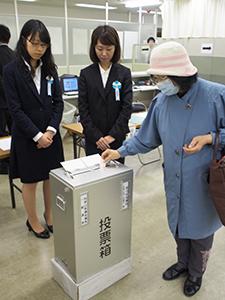 期日前投票する市民(和歌山商工会議所)