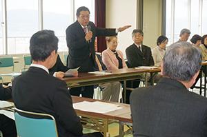 新市民会館について尾花市長(手前左)に要望する文化人ら