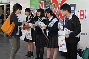 募金の協力を呼び掛ける学生たち