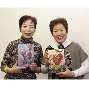 40年ぶりの姉妹展を開く稲垣紀子さん㊨と堀憲子さん
