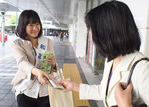 啓発グッズを配る参加者(JR和歌山駅前)