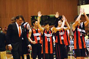 最終戦の勝利を喜ぶ選手ら(3日)