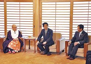 中西管長㊧と懇談する安倍首相㊥、仁坂知事