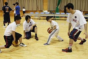 選手からドリブルの指導を受ける子どもたち