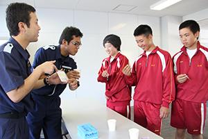 水質調査の説明を受ける生徒たち