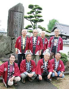 小山塚の前で、太田城史跡顕彰保存会のメンバー