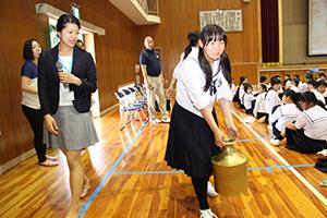 水がめを運ぶ生徒と、寄り添う承子さま㊧