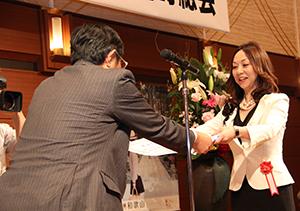 仁坂名誉会長から表彰を受ける西平会長
