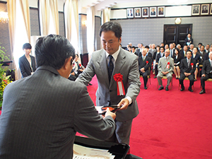 仁坂知事㊧から表彰される加納理事長