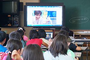 インターネット中継で歯と口の健康を学ぶ児童ら(吹上小)